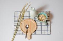 Desayuno con muesli y leche fresca Fotos de archivo