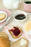 Desayuno con pan y café curruscantes Imagenes de archivo