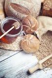 Desayuno con pan y miel cocidos frescos Imagenes de archivo