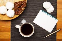 Desayuno con té negro y el postre del dulce Imagen de archivo