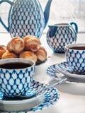 Desayuno con té y croissants Fotografía de archivo