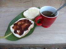 Desayuno con té y tortas Imágenes de archivo libres de regalías