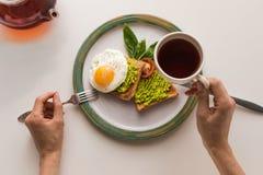 Desayuno con té y tostadas Imágenes de archivo libres de regalías