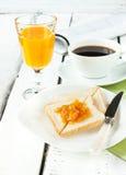 Desayuno continental - café, zumo de naranja, tostada fotografía de archivo