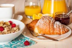 Desayuno continental con el Croissant Fotografía de archivo libre de regalías