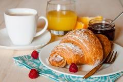 Desayuno continental con el Croissant Fotografía de archivo