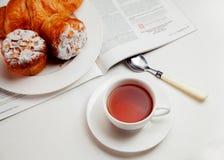 Desayuno continental con la panadería y el té, comida Imagenes de archivo