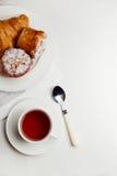 Desayuno continental con la panadería y el té, comida Fotos de archivo