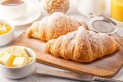 Desayuno continental con los cruasanes, el zumo de naranja y el co frescos fotografía de archivo