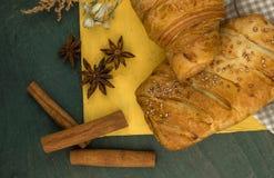 Desayuno continental con muchos cruasanes frescos con el chocolate y la salsa Opinión superior de la hornada deliciosa Croissant  imagen de archivo libre de regalías