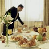 Desayuno continental del servicio de habitación Imagen de archivo libre de regalías