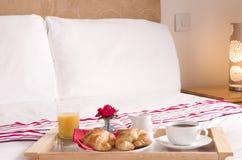 Desayuno continental en cama Fotos de archivo