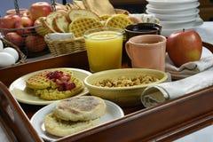 Desayuno continental en la bandeja de madera Foto de archivo