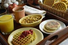 Desayuno continental en la bandeja de madera Imágenes de archivo libres de regalías