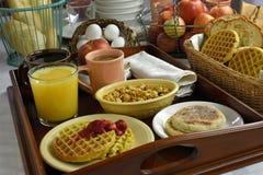Desayuno continental en la bandeja de madera Imagenes de archivo