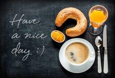 Desayuno continental en la pizarra negra foto de archivo