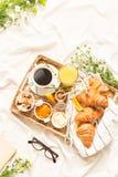 Desayuno continental en las hojas de cama blancas - endecha plana fotos de archivo libres de regalías