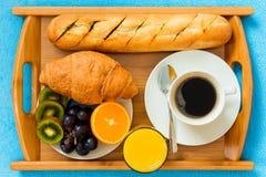 Desayuno continental en una bandeja Imágenes de archivo libres de regalías
