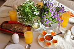 Desayuno continental festivo con el caviar rojo, huevo pasado por agua a Imagen de archivo libre de regalías
