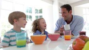 Desayuno de And Children Having del padre en cocina junto almacen de metraje de vídeo