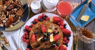 Desayuno de crepes con las bayas y las frutas secas almacen de video
