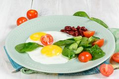 Desayuno de dos huevos y verduras fotografía de archivo libre de regalías