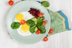 Desayuno de dos huevos y verduras foto de archivo libre de regalías