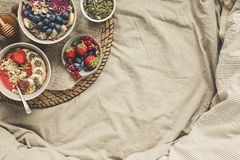 Desayuno de Helthy en cama El smoothie delicioso rueda con las bayas, las frutas y las semillas, visión superior Fondo con el esp imágenes de archivo libres de regalías