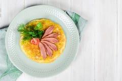 Desayuno de huevos revueltos y de la carne con los tomates imagenes de archivo