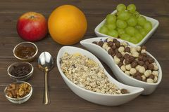 Desayuno de la dieta sana de la harina de avena, del cereal y de la fruta Comidas por completo de la energía para los atletas El  foto de archivo