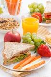 Desayuno de la escuela con las frutas y verduras, verticales Foto de archivo