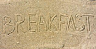 Desayuno de la inscripción en la arena fotos de archivo libres de regalías
