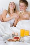 Desayuno de la luna de miel del hotel de lujo - par en cama Imagen de archivo