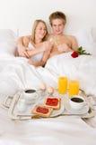 Desayuno de la luna de miel del hotel de lujo - par en cama Fotografía de archivo libre de regalías