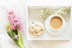 Desayuno de la mañana en primavera con una taza de café con la leche en los colores en colores pastel, un ramo de jacinto rosado  Fotografía de archivo libre de regalías