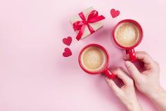 Desayuno de la mañana para el día de tarjetas del día de San Valentín Junte sostener las tazas de café, de caja de regalo y de co imagen de archivo libre de regalías