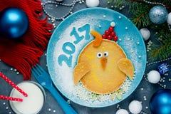 Desayuno de la Navidad divertida o del Año Nuevo de crepes bajo la forma de Fotografía de archivo