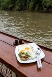 Desayuno de la orilla con la comida tailandesa Foto de archivo libre de regalías
