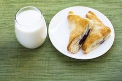 Desayuno de la pasta de hojaldre del zapatero de la leche y del arándano Imagen de archivo