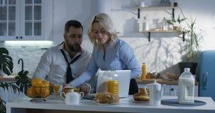 Desayuno de la porción de la esposa al marido que acomete para el trabajo almacen de metraje de vídeo