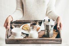 Desayuno de la porción de la mujer en la bandeja de madera Imágenes de archivo libres de regalías