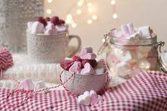 Desayuno de la sorpresa del d?a de tarjeta del d?a de San Valent?n del santo fotografía de archivo
