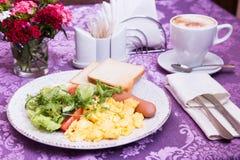 Desayuno de la tortilla en la tabla adornada Foto de archivo