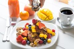 Desayuno de la tostada francesa de la fruta fresca Imágenes de archivo libres de regalías