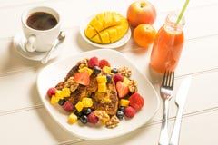 Desayuno de la tostada francesa de la fruta fresca Imagenes de archivo