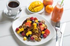 Desayuno de la tostada francesa de la fruta fresca Fotos de archivo