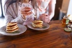 Desayuno de pares cariñosos con las crepes y la miel Foto de archivo libre de regalías