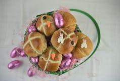 Desayuno de Pascua con los bollos cruzados calientes y los cruasanes frescos con las decoraciones Imagen de archivo