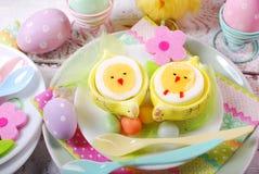 Desayuno de Pascua para los niños con los huevos hervidos como polluelos Imagen de archivo
