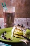 Desayuno de pasteles de queso con crema agria y bayas Foto de archivo libre de regalías